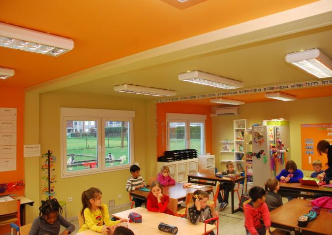 Kinderen in een te herbruiken klaslokaal