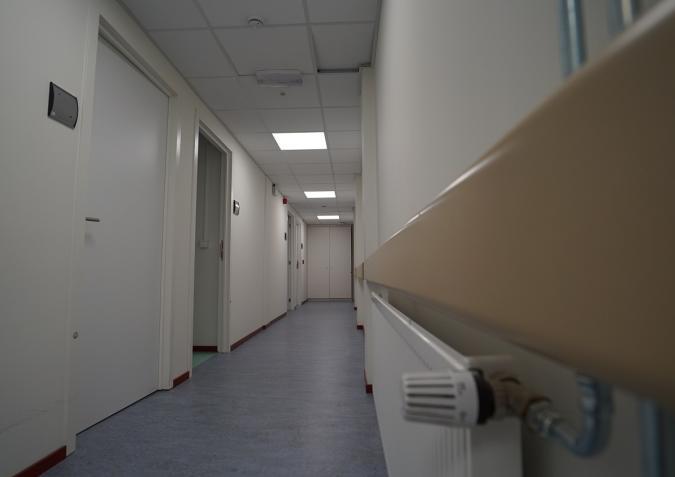 Le vaste couloir qui relie les chambres médicalisées.