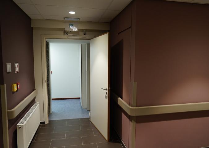 Le couloir qui relie les chambres avec le reste de la MRS.