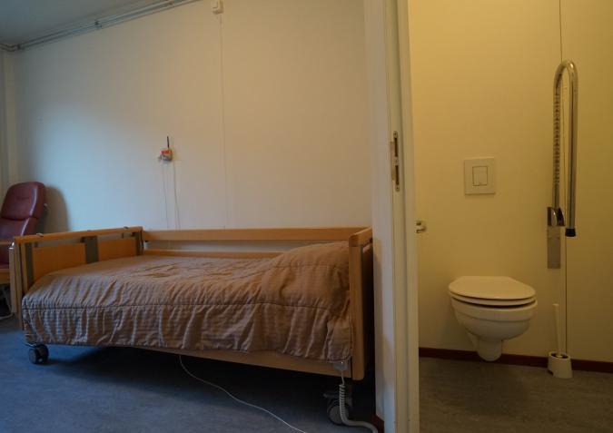 Doorsnede van kamer met badkamer.